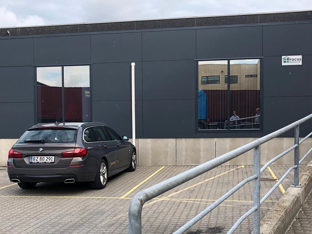 Tilbygning med pavilloner til speditionsfirma