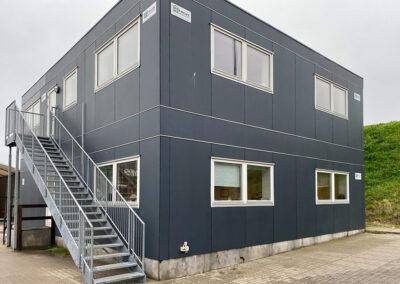 Kontor- og værkstedspavillon med porte